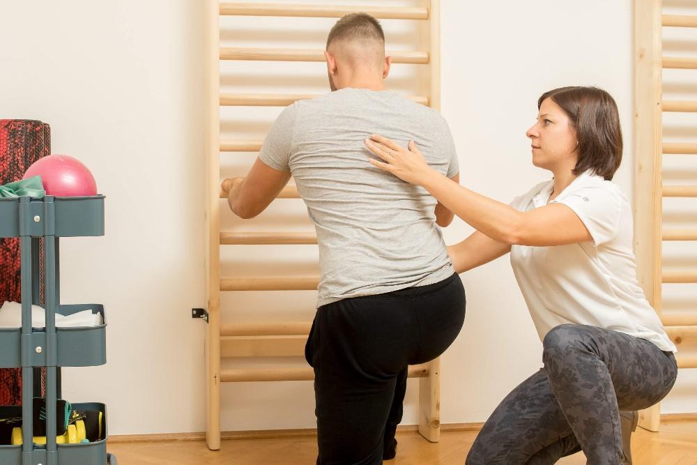 A gyógytorna során a fizikai gyakorlatok beteg — Stock Kép