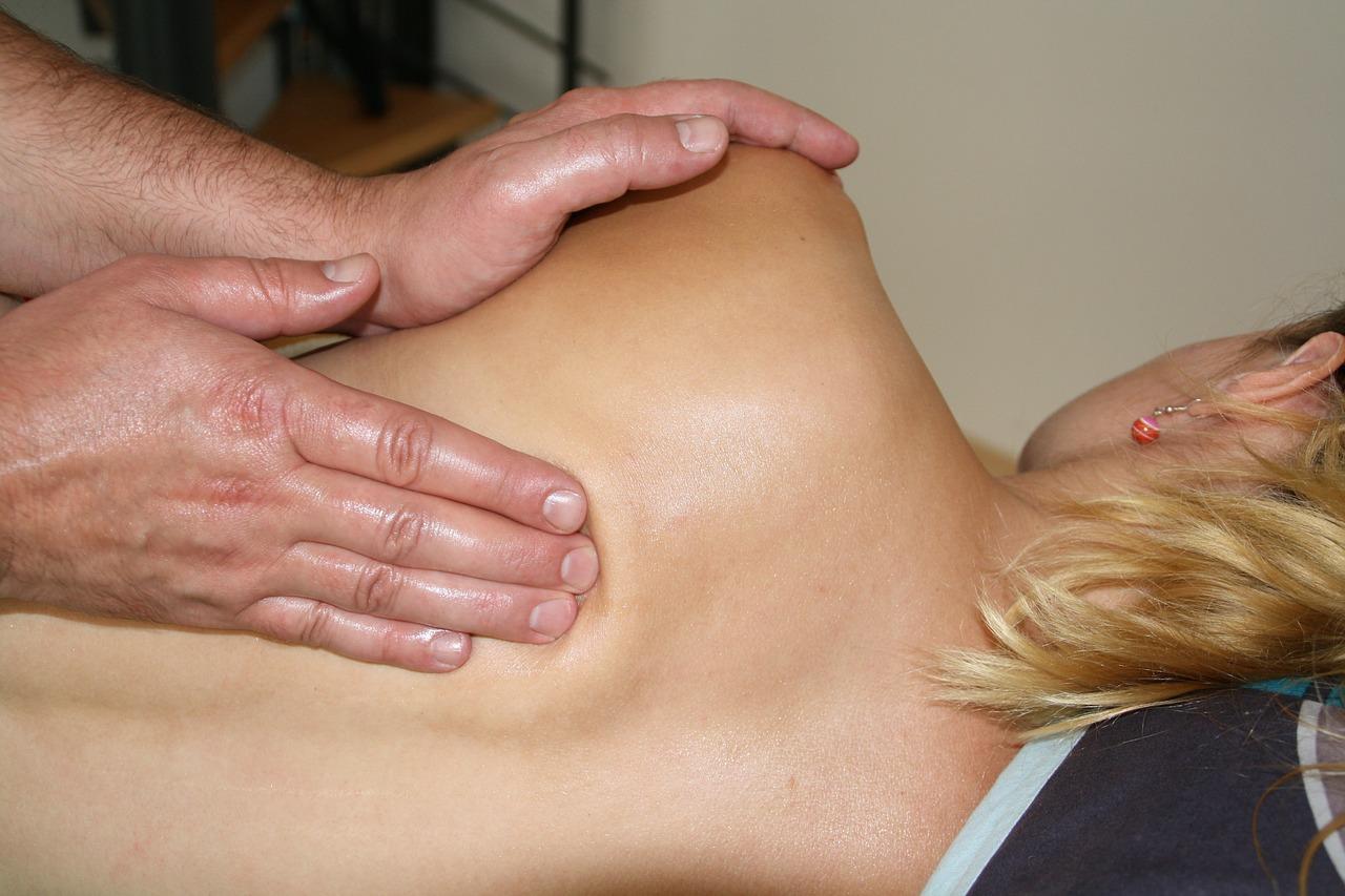 Rendszeresen fáj a háta a sok ülőmunkától? Gyógyszermentes megoldás lehet a manuálterápia